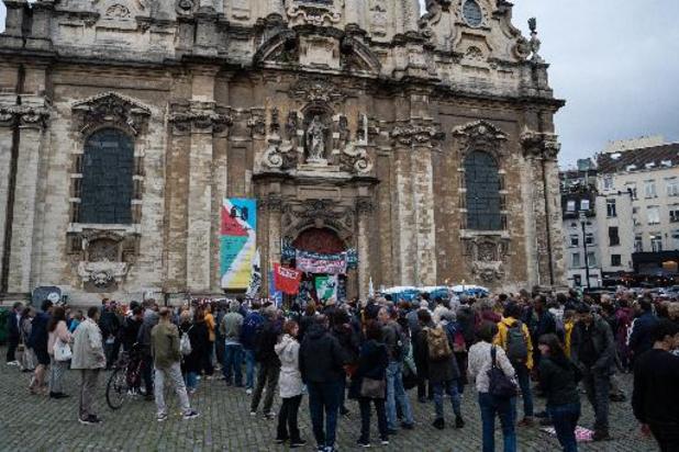 Nouvelle manifestation de soutien aux sans-papiers sur le parvis de l'église du Béguinage
