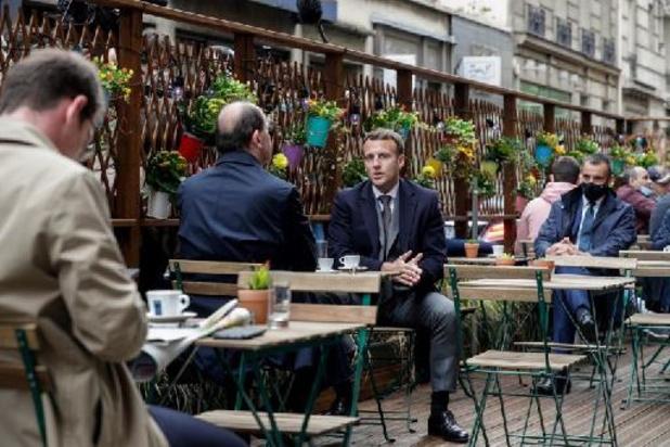 """Emmanuel Macron salue la """"liberté retrouvée"""" en terrasse"""