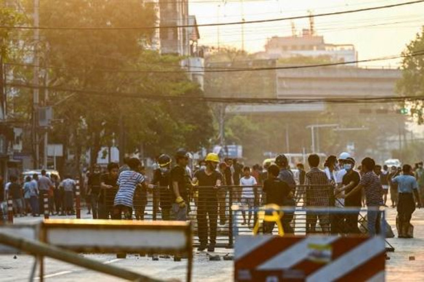 Leger omsingelt demonstranten in Yangon, doen razzia's en arrestaties