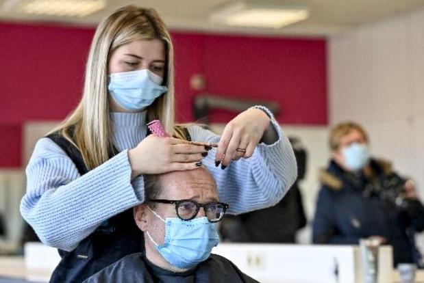 Hoog aantal besmettingen bij niet-zelfstandige kappers en in het onderwijs
