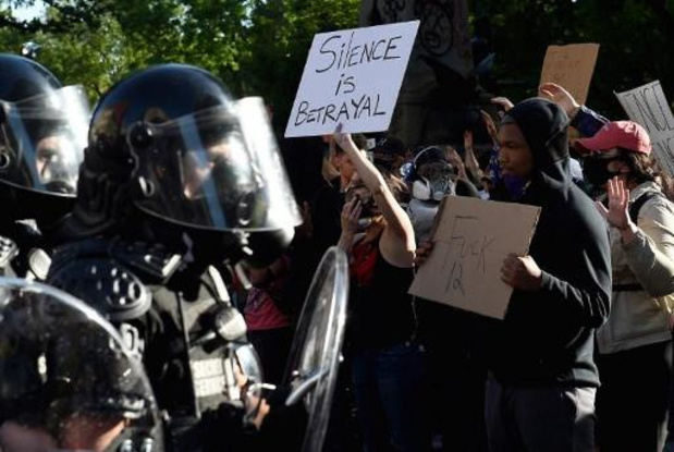 """Politiegeweld tegen zwarte Amerikanen - Trump kondigt ontplooiing van """"duizenden zwaar bewapende soldaten"""" in Washington aan"""
