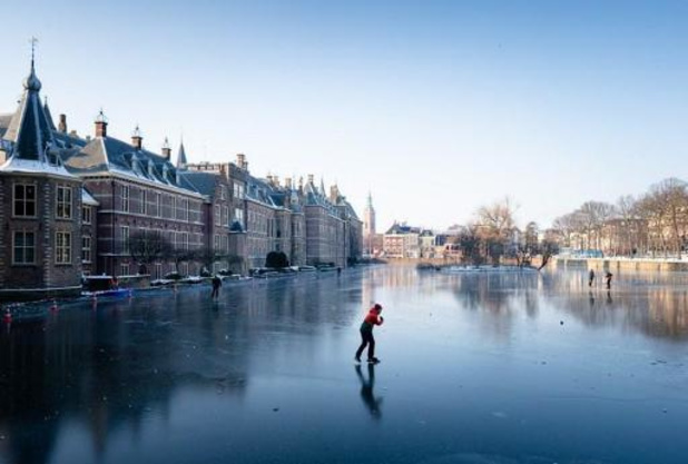 Politie helpt schaatsers van smeltende Hofvijver af in Den Haag