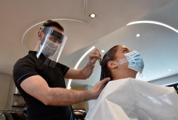 Les coiffeurs accueillent moins de clients et craignent un reconfinement