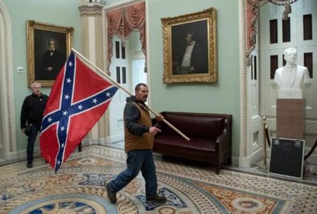 Insurrection à Washington - Interpellation de l'homme qui agitait un drapeau confédéré dans l'enceinte du Capitole