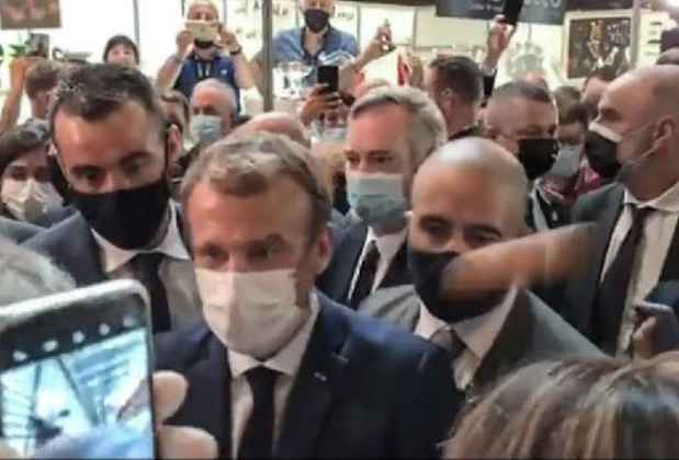 Frans president Macron krijgt ei naar zijn hoofd gegooid in Lyon