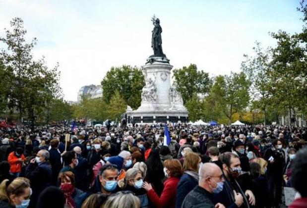 Duizenden mensen in Parijs houden eerbetoon aan onthoofde leraar