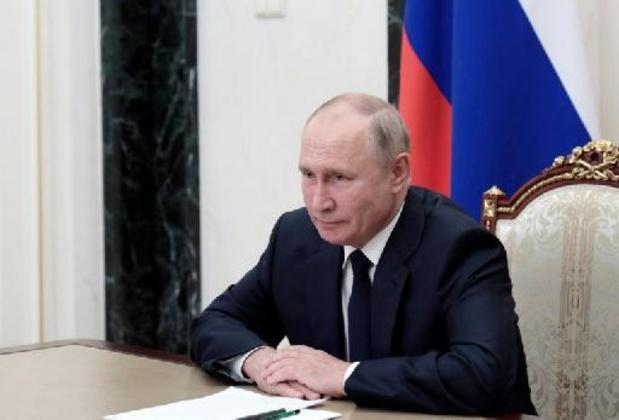Poutine fait un cadeau aux policiers et aux militaires avant les législatives