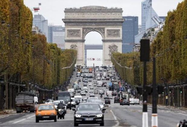 Vrouw rijdt vier voetgangers omver op Champs-Élysées in Parijs