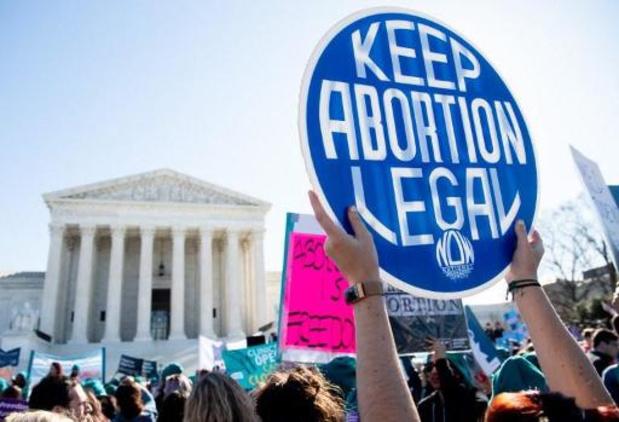 Biden draait maatregelen terug die toegang tot abortus beperken
