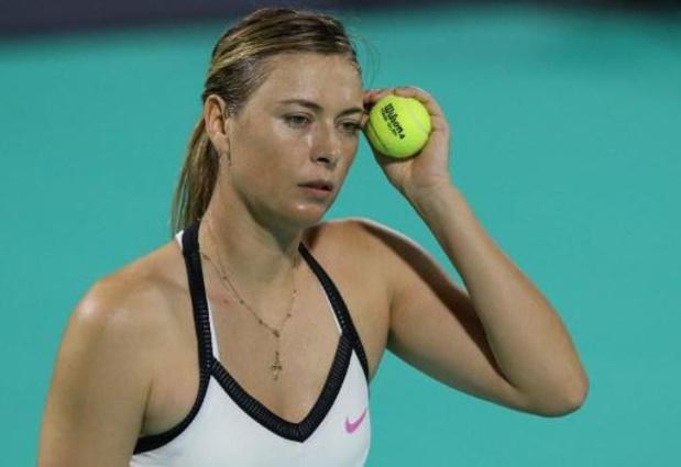 Maria Sharapova (32) bergt tennisracket op