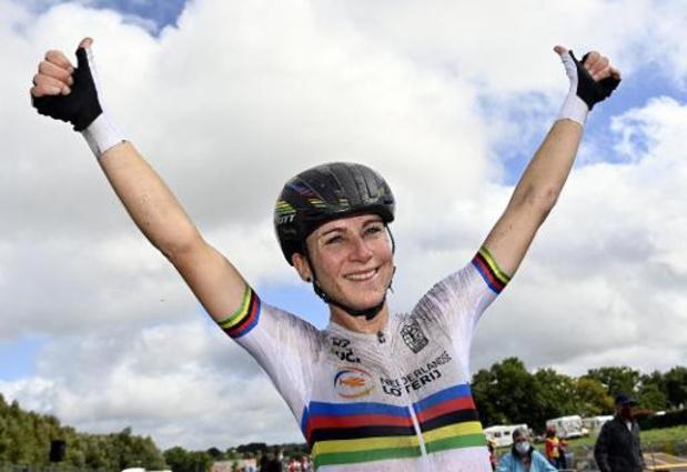 """""""Eigenlijk rijd ik een beetje een domme sprint"""", geeft Van Vleuten toe na winst op EK wielrennen"""
