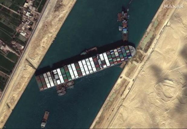 Suezkanaal: 'Vanavond nieuwe poging om containerschip los te trekken'