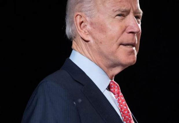 Joe Biden reikt de hand naar supporters van Sanders