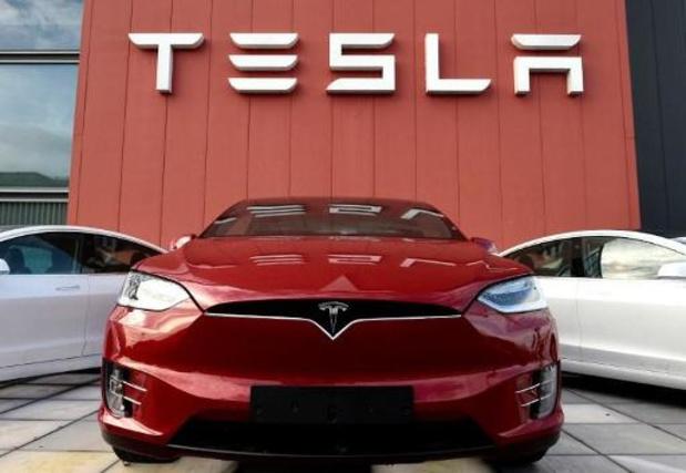 Tesla zet werknemers thuis zonder wedde