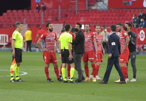 La Liga - Ref fluit te vroeg af in Sevilla-Granada en roept spelers terug uit kleedkamer