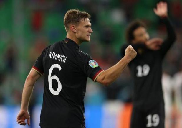 EK 2020 - Joshua Kimmich krijgt trofee van Man van de Match na draw tussen Duitsland en Hongarije