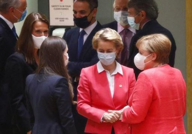Masques, saluts du coude et cadeaux d'anniversaire sont au rendez-vous du sommet européen