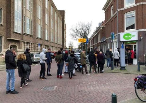Coronavirus - De longues files devant les coffee shops néerlandais après l'annonce de leur fermeture