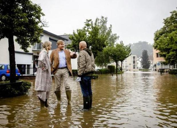 Nederlands koningspaar bekijkt waterschade in Valkenburg