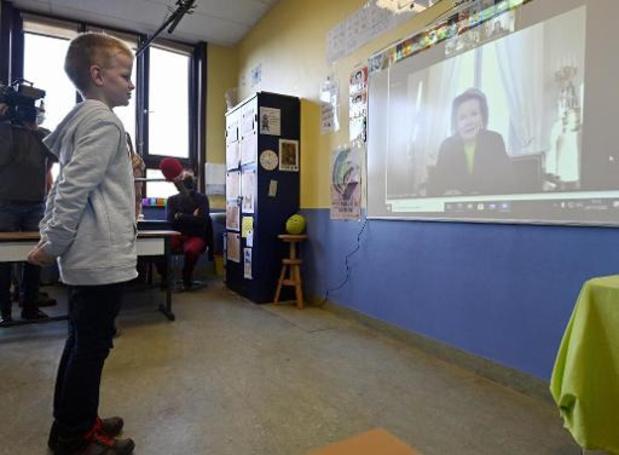 La reine Mathilde fait la lecture en ligne à des élèves de troisième primaire