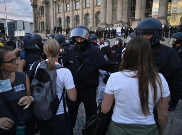 """Coronavirus - Duitse regering noemt opstootjes bij anticoronamanifestatie in Berlijn """"onaanvaardbaar"""""""