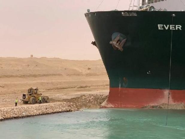 Beweging in geblokkeerd containerschip Ever Given