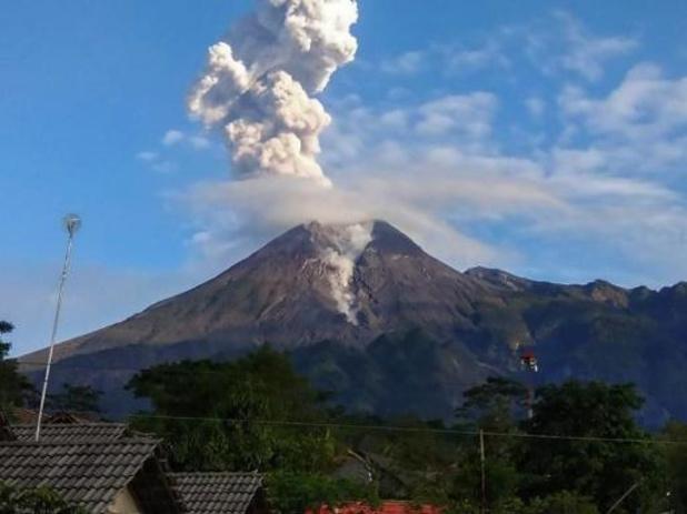 Merapi-vulkaan op eiland Java spuwt as