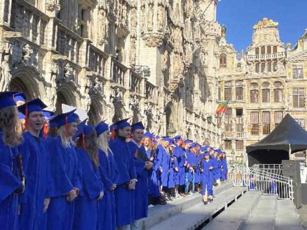 Les étudiants de l'ULB et la VUB de nouveau proclamés sur la Grand-Place de Bruxelles