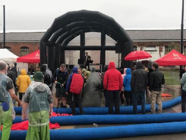 Daan geeft verrassingsconcert aan het slot van Refugee Walk in Leuven