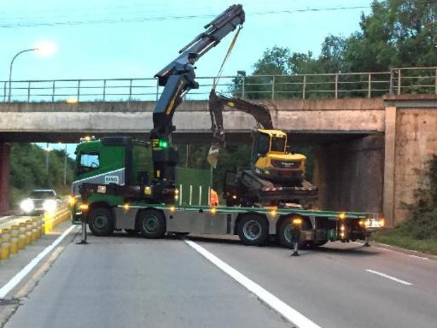 Opnieuw rijdt vrachtwagen met kraan tegen spoorwegbrug in Sint-Truiden