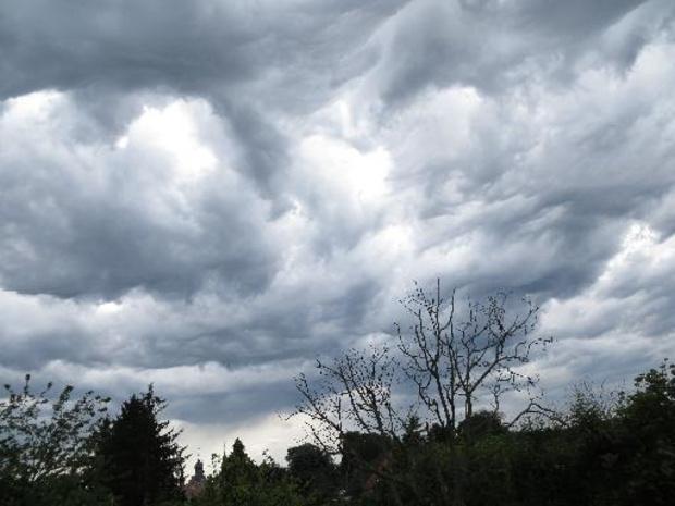 Un ciel changeant avec des averses de pluie ou de grésil