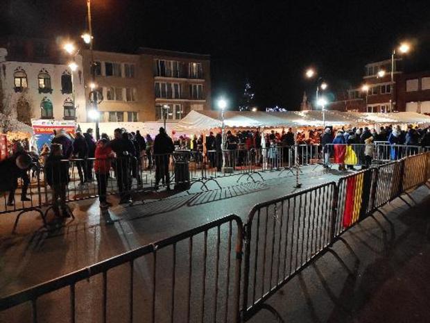 Enfants et adultes se sont essayés au lancer de sapins samedi soir à Auderghem