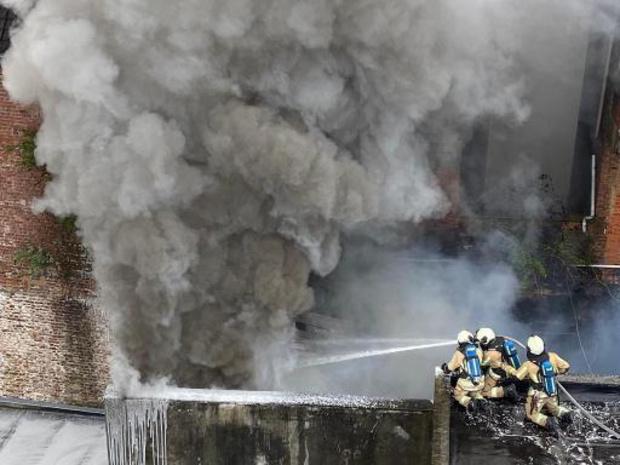 Zware woningbrand in Anderlecht slaat over naar papieropslagplaats