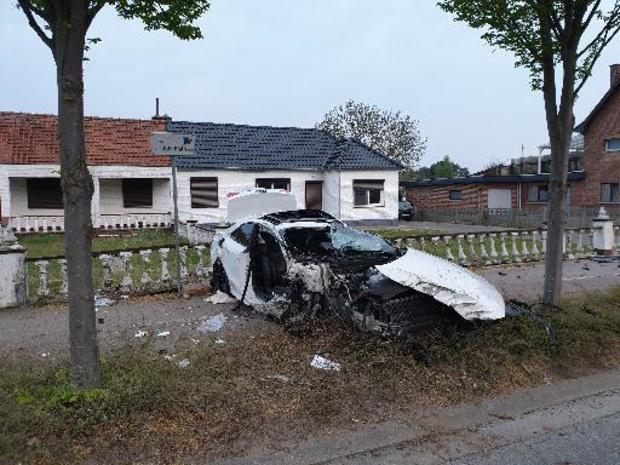Een zwaar- en twee lichtgewonden bij zware klap tussen twee wagens in Maasmechelen