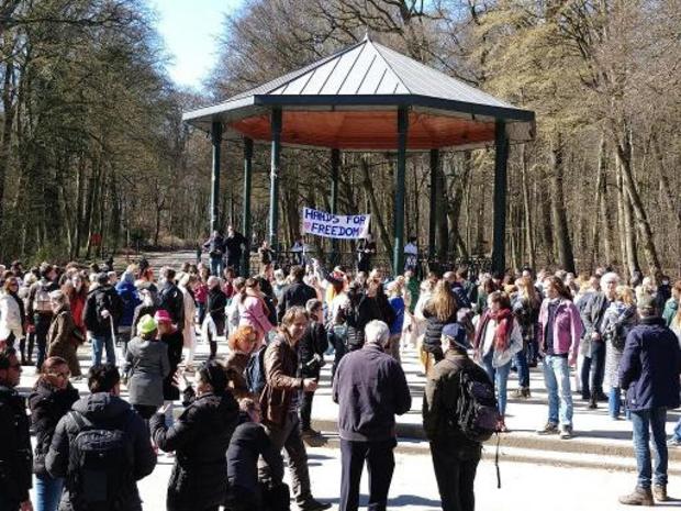 Honderden mensen betogen in Brusselse Ter Kamerenbos tegen coronamaatregelen