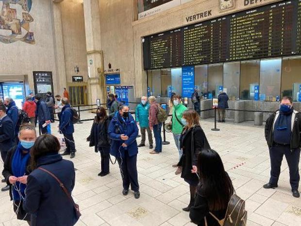 Tientallen mensen houden flashmob in Centraal Station in Brussel
