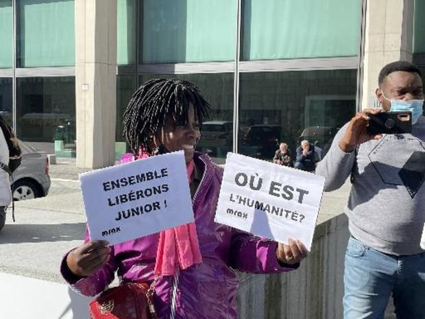 Des sympathisants de Junior Masudi Wasso célèbrent sa libération