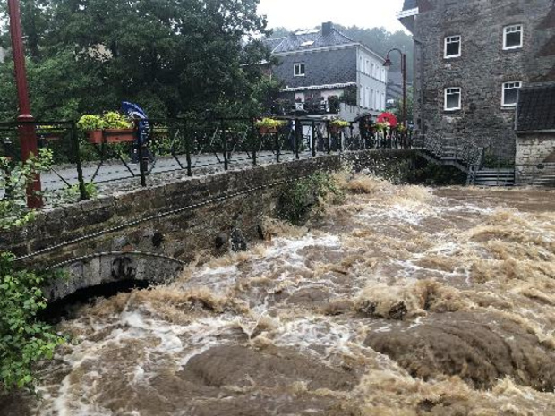 Minister van Defensie stuurt hulp naar door noodweer getroffen regio's