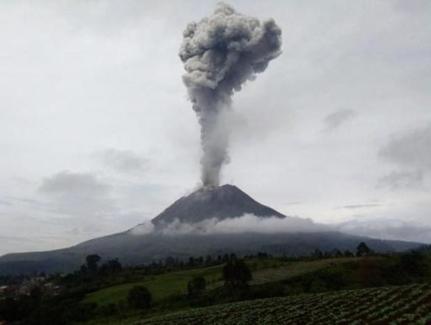 Indonesische vulkaan spuwt as bijna 3 kilometer hoog