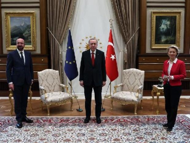 """Ursula von der Leyen """"surprise"""" d'avoir été installée en retrait par Erdogan"""