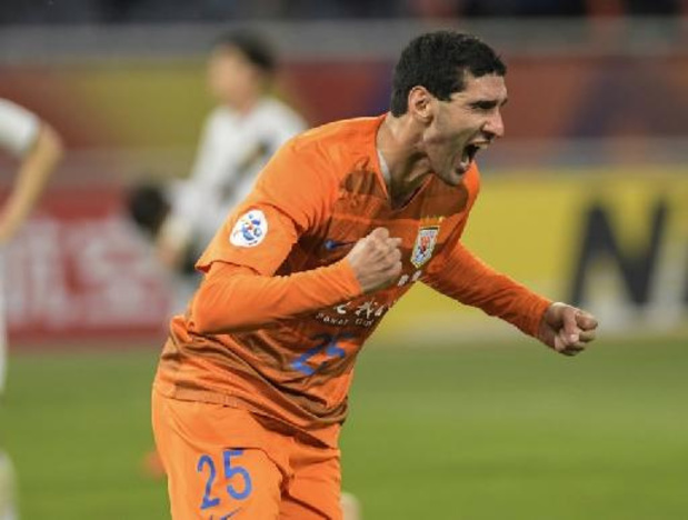 Scorende Fellaini effent pad voor zege tegen team van Dembélé