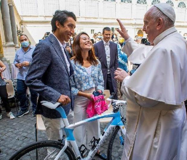 Girowinnaar Egan Bernal schenkt fiets en roze trui aan de paus
