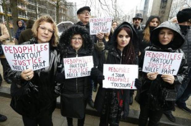 Vierhonderd mensen verzamelen voor zwarte mars in Brussel