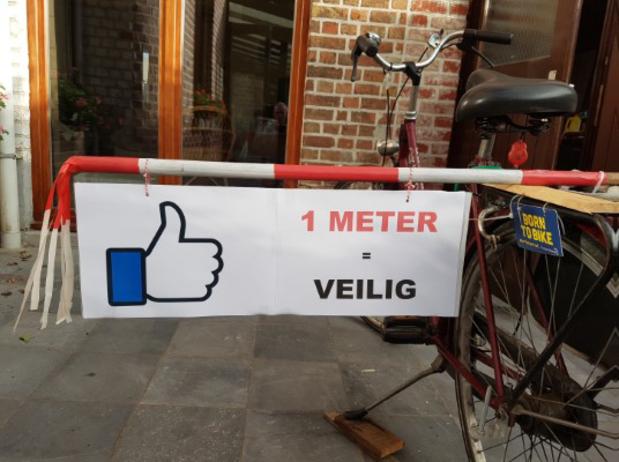 Fietsersbond Ieper voert actie met stokbroden om ruimte te vragen voor fietsers