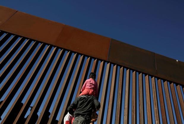 Trump menace à nouveau de fermer la frontière avec le Mexique