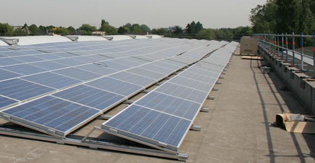 Minister Crevits steunt nieuw montagesysteem zonnepanelen Avasco Solar in Ieper
