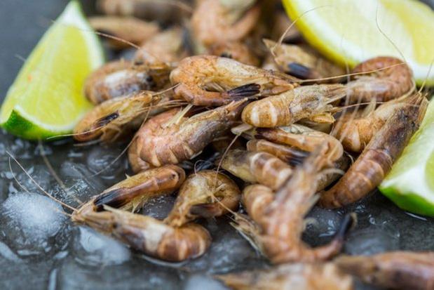 Plus de crevettes au supermarché ? Voici comment les éplucher vous-même