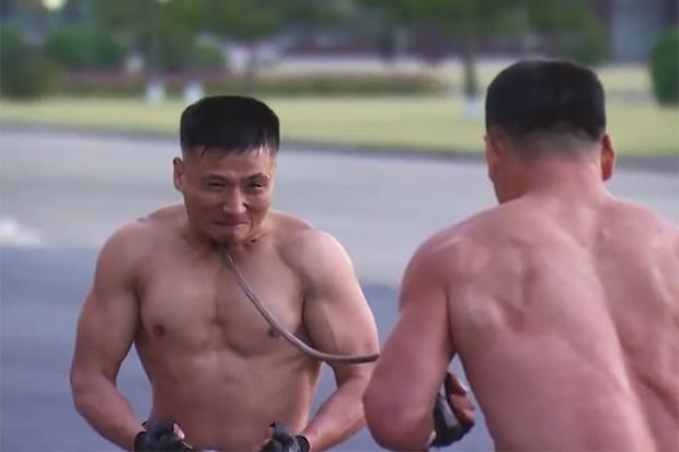 Noord-Koreaanse soldaten breken betonplaten en buigen staven in curieus machtsvertoon (video)