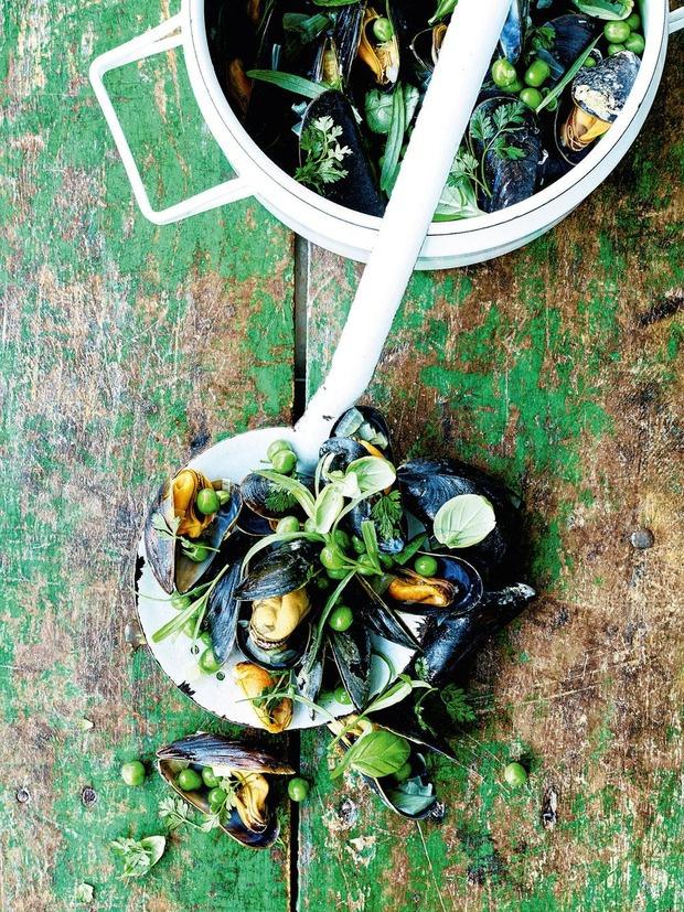 Notre délicieuse recette de moules aux petits pois, fines herbes et vin blanc