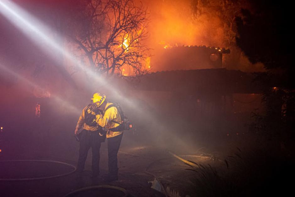 En images: le sud de la Californie en proie à d'importants incendies